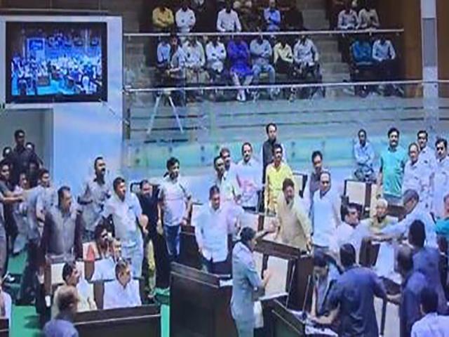 गुजरात: विधानसभा में मारपीट पर उतरे विधायक,मार्शलों ने आकर हालात संभाले