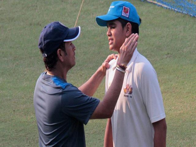 पूर्व दिग्गज भारतीय क्रिकेटरसचिन तेंदुलकर के बेटे अर्जुन तेंदुलकर भारतीय अंडर-19 टीम में शामिल