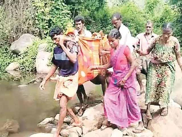 केरल: गर्भवती आदिवासी महिला को 4 किलोमीटर तक कपड़े पर लटका कर चले, वजह जानकर रह जाएंगे हैरान