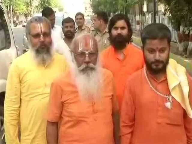 राम मंदिर के लिए योगी से मिलने पहुंचे महंत सुरेश दास, बोले- सरकार नहीं मानी तो 2019 पर हम सोचेंगे