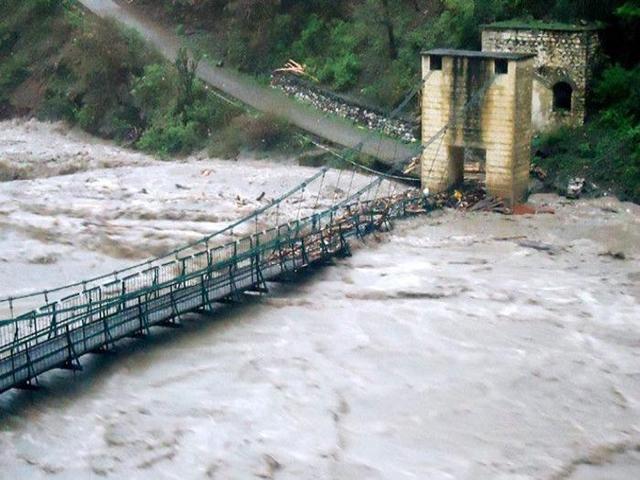 उत्तराखंड में बारिश से तबाही: देहरादून में 7 लोगों की मौत, पिथौरागढ़ में पुल बहा