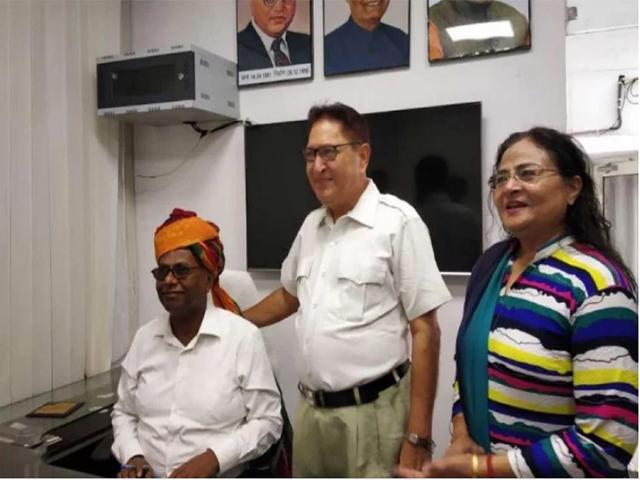 प्रोफेसर एमएनपी वर्मा बने बीबीएयू के नए कुलपति, प्रो. सोबती ने पगड़ी पहनाकर सौंपा चार्ज